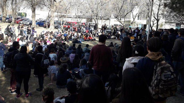 Estudiantes podrían tomar la Facultad en Roca