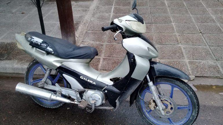Manejaba una moto robada en contramano y lo detuvieron