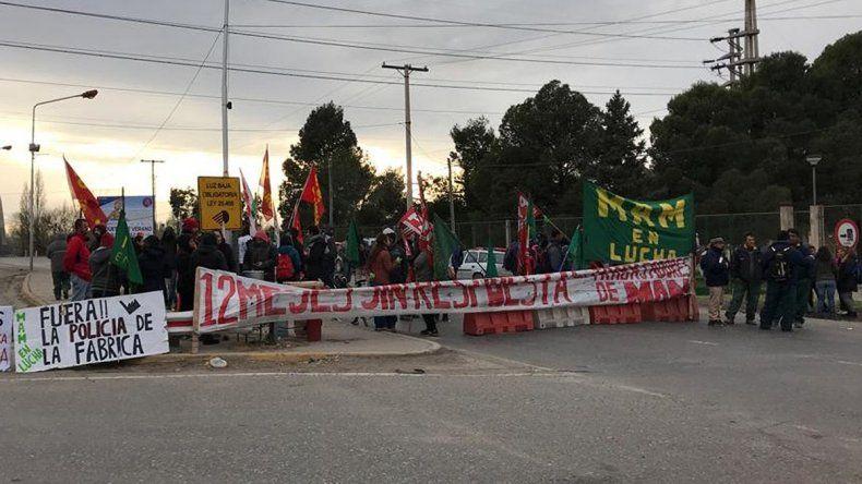 Ex trabajadores de MAM cortan el puente viejo en demanda de reincorporación e indemnización copy