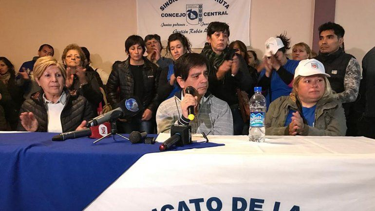 Rodeado de mujeres, Rubén López mandó el telegrama de renuncia y no descartó volver