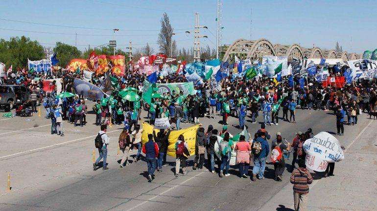 10 mil personas coparon los puentes en defensa de la universidad