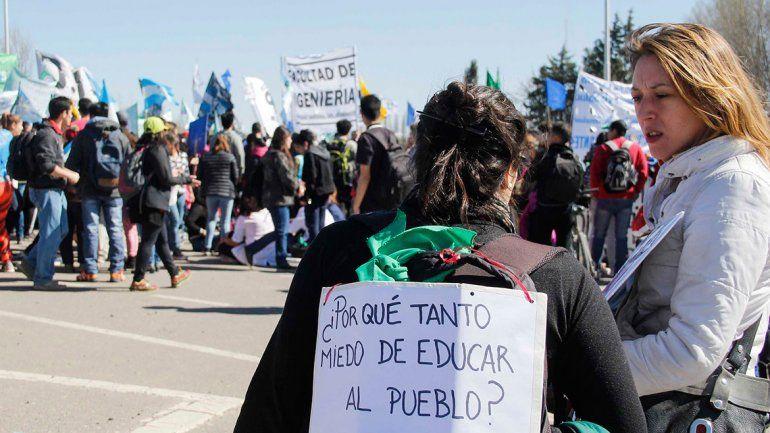 Una multitud se movilizó para rechazar el recorte presupuestario del gobierno nacional a las universidades públicas.