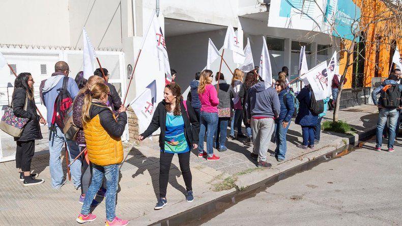 Unter denunció que obligan a trabajar a docentes sin el alta médica