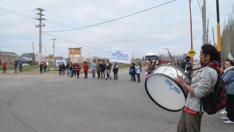 Alumnos y docentes de Ciencias de la Educación protestaron en la 65.