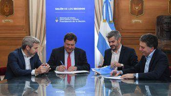 Alberto Weretilneck firmó el acuerdo junto a Marcos Peña, Rogelio Frigerio y Nicolás Dujovne.