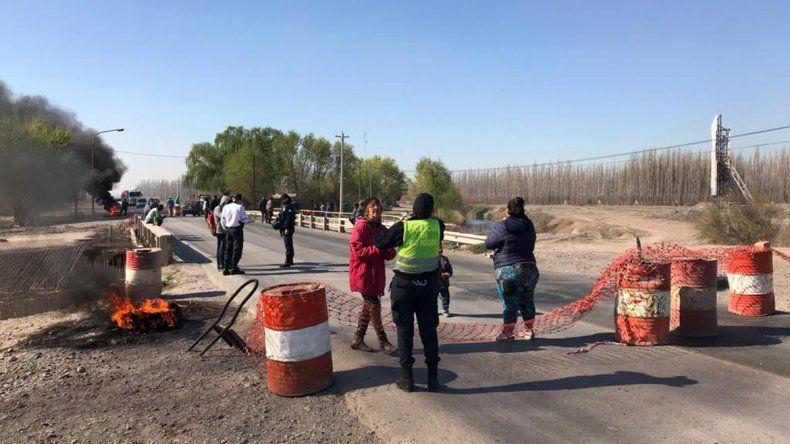 Caos en el Alto Valle: hay 4 cortes de rutas y transitar por la región se volvió casi imposible