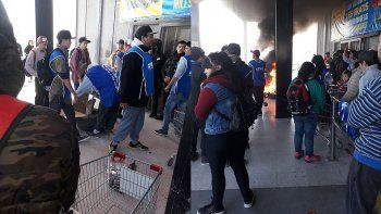 tension: reclaman comida en la puerta de supermercado