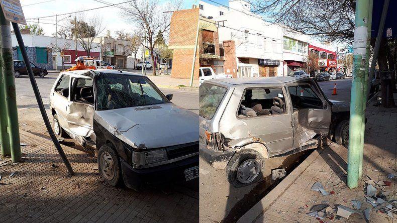 Perdió el control, chocó un auto estacionado y se estrelló contra un poste