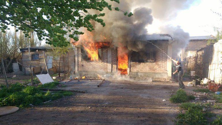 Un incendio arrasó una vivienda en la toma La Alameda