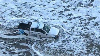 camioneta de la policia rionegrina fue arrastrada por la marea