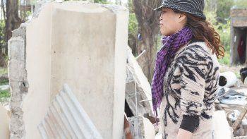 Yanina no ocultó su tristeza al ver cómo la casa en la que vivió años se convirtió en una montaña de escombros.