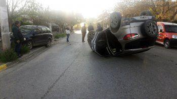 cipoleno borracho perdio el control, choco contra un auto estacionado y volco