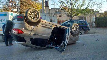borracho perdio el control, choco contra un auto estacionado y volco