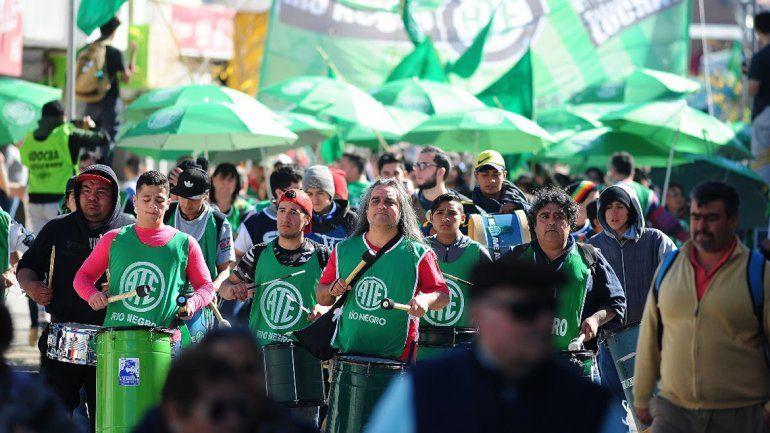 Organizaciones sociales y sindicales se movilizarán mañana por las calles de Cipolletti y harán una olla popular.