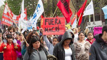 Organizaciones sociales y sindicales de la región se movilizaron ayer por las calles céntricas de Cipolletti.