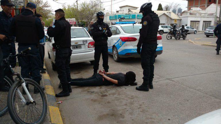 Robó un celular, intentó fugarse en un taxi pero lo atraparon