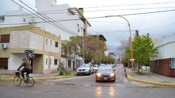 El ataque a balazos ocurrió frente a la casa de la víctima, ubicada sobre calle Uspallata, casi OHiggins. Tras la agresión, quedó tendida en el piso.