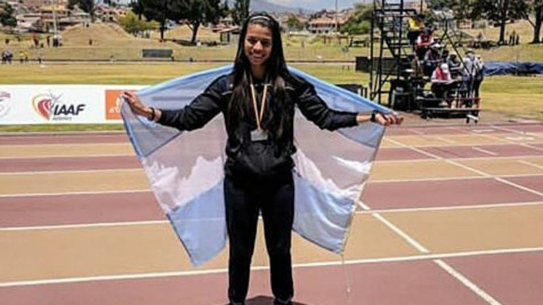 Martina Escudero con la bandera argentina en Cuenca