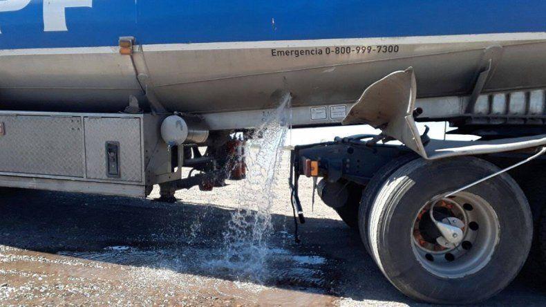 Un camión rompió el eje trasero y derramó alcohol sobre la Ruta 151