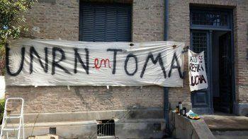 La UNRN cortó el diálogo con los tomeros y denunció a docentes