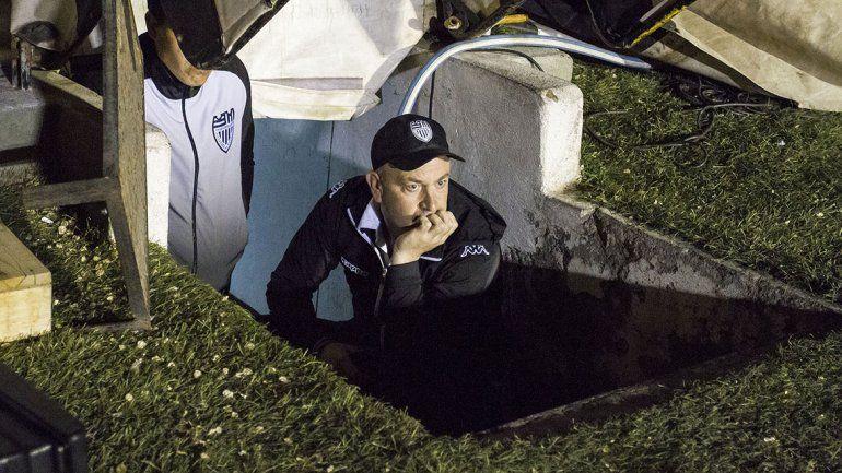 El DT de Cipo no pudo pisar la cancha y vio el partido desde el túnel