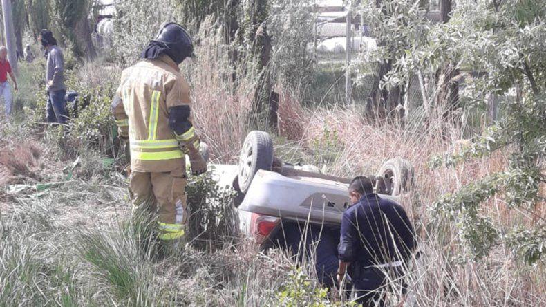 Iban a toda velocidad, volcaron y el auto los aplastó: uno está grave