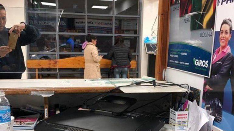 Salvaje: se equivocó de horario, perdió el colectivo y destrozó a patadas la boletería