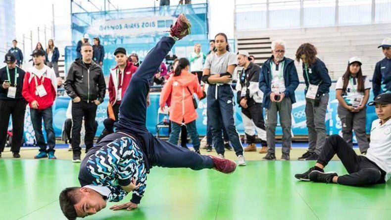 Mariano Carbajal bailando en Puerto Madero ante una multitud.