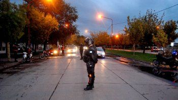 Una inspectora de tránsito resultó lesionada luego de que un automovilista le tirara el vehículo encima.