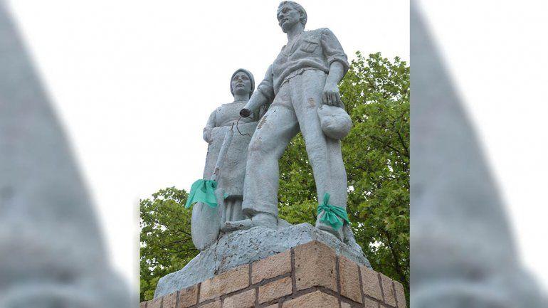 Vándalos destrozaron el monumento al inmigrante en Cipolletti