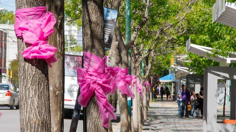 El color rosa identifica la campaña para prevenir la enfermedad.