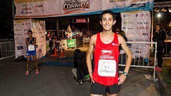 La postal de Ruiz liderando el pelotón de los 1500 metros en el Cenard.