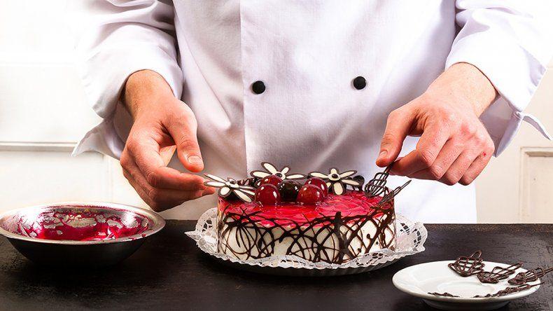 Un estafador ofrecía cursos de pastelería en la ciudad y se fugó con todo el dinero