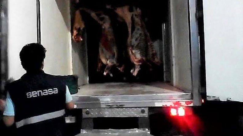 Decomisaron 2000 kilos de carne de vaca y 400 de pollo