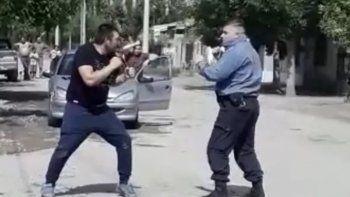 un policia y un vecino de regina se boxearon en medio de la calle