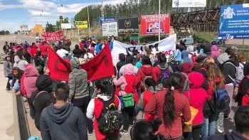 organizaciones sociales cortan el transito en el acceso a los puentes carreteros