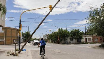 el viento sacudio los postes de cables en la via publica