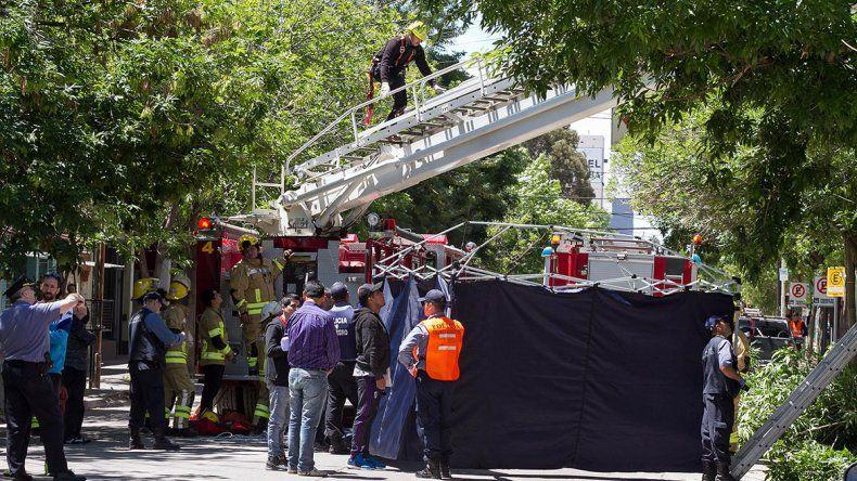 Un operario murió electrocutado en pleno centro y quedó atrapado entre los cables