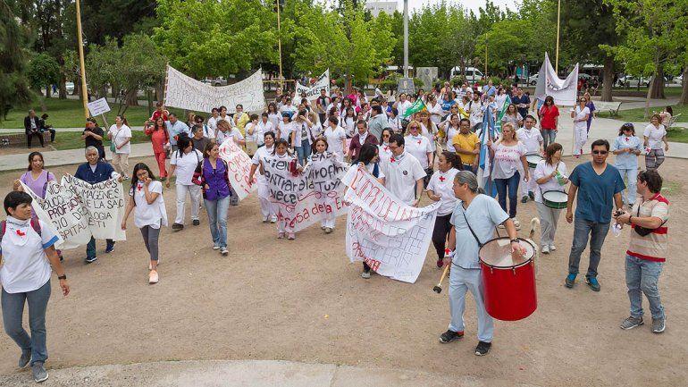 Los enfermeros marcharon por la ciudad en su día y repudiaron la reforma en Buenos Aires