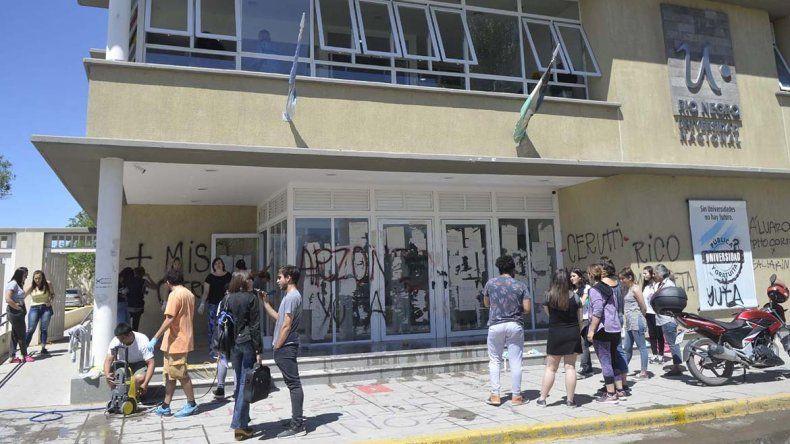 Echaron a las docentes cipoleñas que participaron de la toma de la UNRN