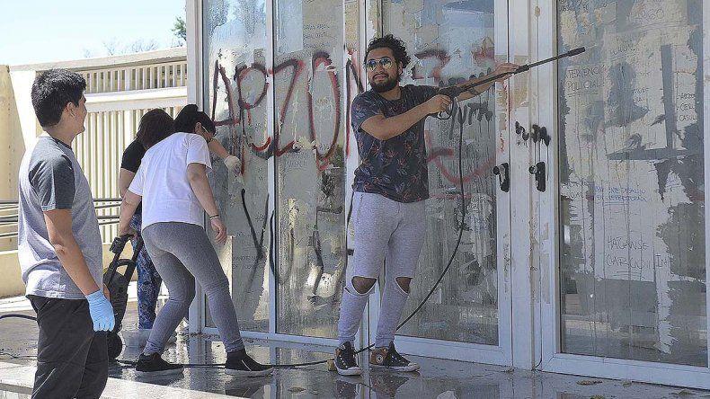 Estudiantes y docentes limpiaron el escrache en la UNRN