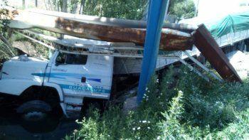 camionero perdio el control y termino adentro de un desagüe