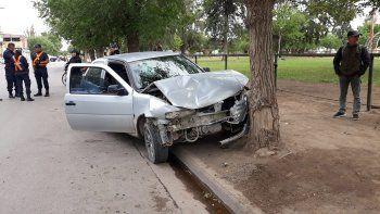 borrachos, chocaron dos autos y se estrellaron contra un arbol