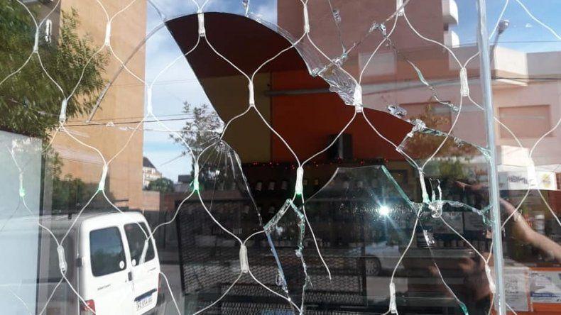 Hinchas de River le rompieron el local a un reconocido vecino solidario