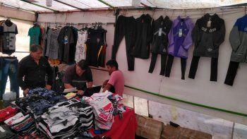 la saladita crece y comerciantes se enojan por venta de ropa trucha