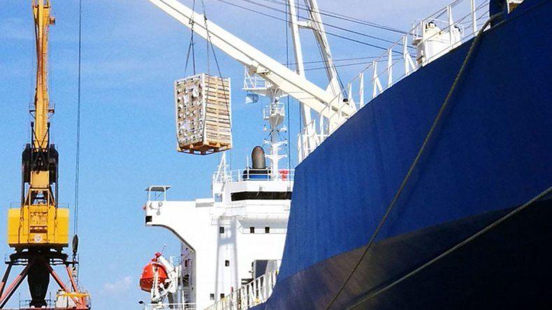 Cargan el primer buque para exportar frutas