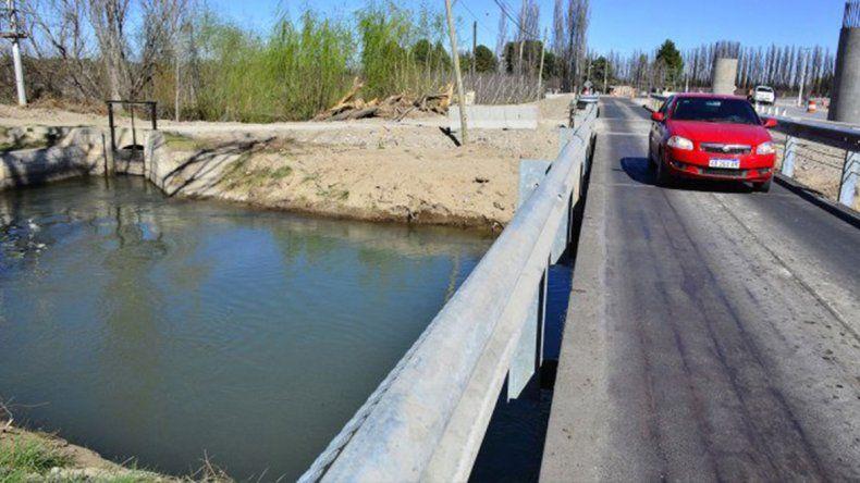 Puente 83: murió ahogado al caer al canal con su moto