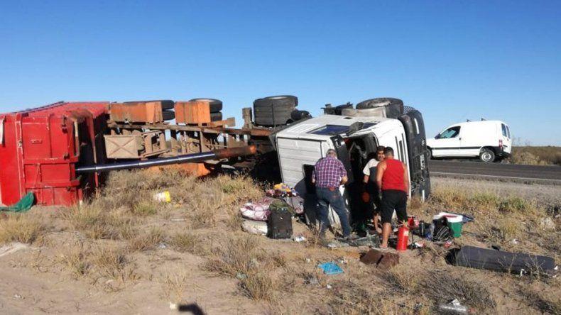 Camionero se salvó de milagro tras volcar sobre la Ruta 151