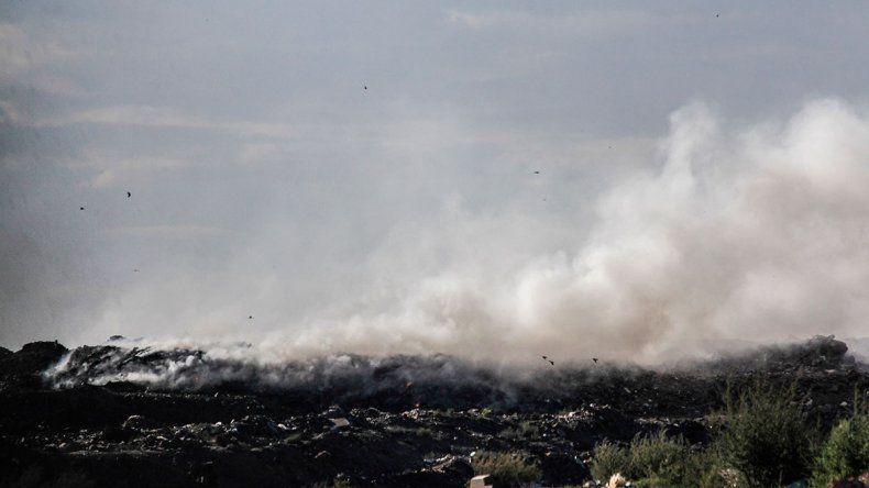 Otro día de humo y descontrol en el basural cipoleño