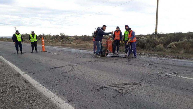 Cansados de los pozos en la Ruta 151, el intendente de Catriel salió a taparlos